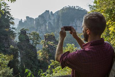 青年男人,智能手机,徒步旅行,山顶,提举,照片,石英砂岩,张家界,湖南省,与众不同