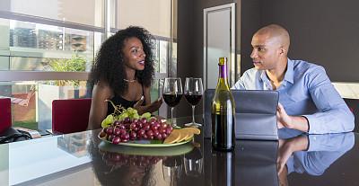 青年人,晚餐,异性恋,公寓,高处,室内地面,两个座位的桌子,含酒精饮料,夏天,饮料
