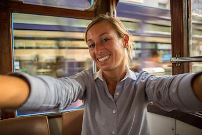 注视镜头,女商人,自拍,缆车,羊毛帽,双层巴士,空中缆车,铁轨轨道,高峰时间,仅成年人