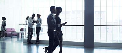 人群,商务人士,办公大楼,紧迫,走廊,男商人,办公室,多种族,智能手机,30到39岁