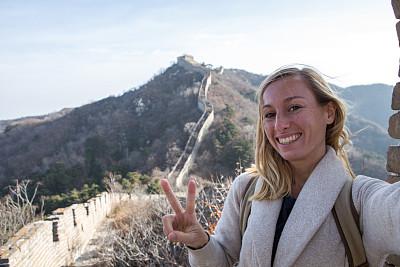 自拍,青年女人,自然美,拍摄影像,围墙,北京,旅行者,仅成年人,自由,青年人