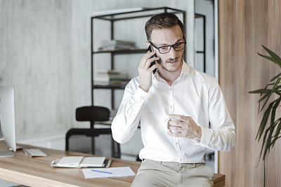 智能手机,男商人,便利,专业人员,仅男人,技术,仅一个男人,商业金融和工业,拿着,办公室