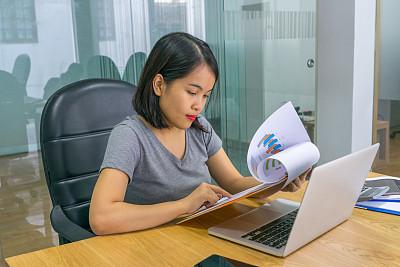 经理,笔记本电脑,报告,女性,锉刀,文件管理,活页夹,家庭办公,业主,电子商务