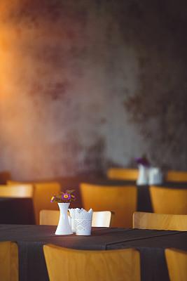 桌子,柔焦,整齐的,人生大事,正餐宴会,垂直画幅,选择对焦,美,兰花,墙
