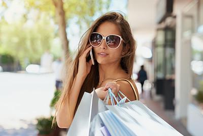 商店,打电话手势,城市游,购物狂,留白,顾客,周末活动,仅成年人,眼镜,青年人