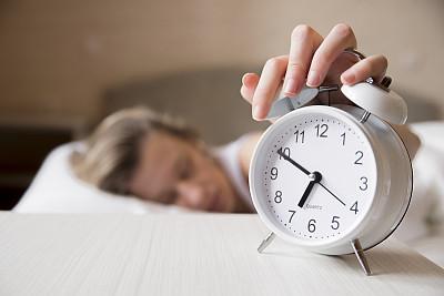 青年人,女人,卧室,闹钟,家庭生活,记时卡片,打开或关掉,失眠症,就寝时间,留白