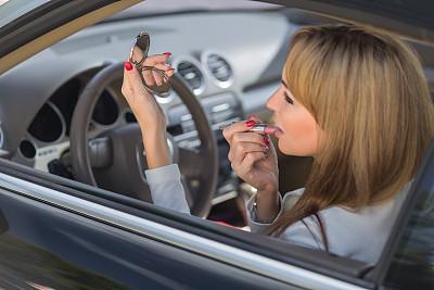 唇膏,汽车,青年女人,汽车视镜,彩妆,旅行者,化妆用品,仅成年人,自由,人的眼睛