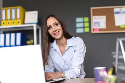 女商人,幸福,使用手提电脑,休闲活动,新创企业,仅成年人,网上冲浪,想法,青年人,专业人员