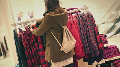 购物中心,夜晚,休闲活动,纺织品,女朋友,仅成年人,青年人,衬衫,信心