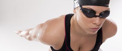 女人,游泳帽,游泳护目镜,飞溅的水滴,水平画幅,注视镜头,美人,游泳池,运动员,仅成年人