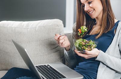 美,留白,笔记本电脑,水平画幅,美人,家庭生活,膳食,健康,仅成年人,沙发