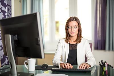 办公室,女商人,美,水平画幅,注视镜头,美人,白人,仅成年人,头发,青年人