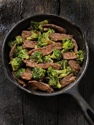 西兰花,牛肉,炒面,迷你型玉米,中式外卖,咕噜菜,炒菜锅,铸铁,油菜,照烧