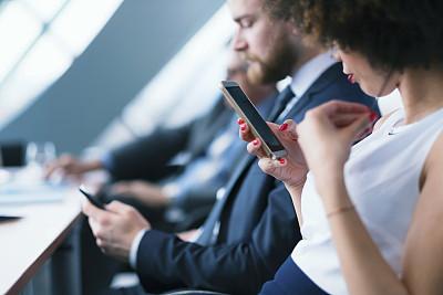 会议,手机,商务人士,发短信,办公室,选择对焦,水平画幅,人群,商务会议,男商人