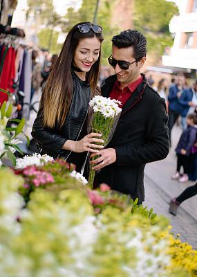 女朋友,浪漫,男人,以客户为中心,垂直画幅,半身像,顾客,商店,男性,仅成年人