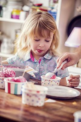 草莓冰淇淋,女孩,自制的,冰淇淋店,圣代,冰淇淋蛋卷,冰棒,垂直画幅,冰淇淋,留白
