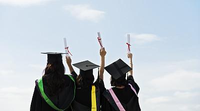文凭,三个人,拿着,毕业礼服,一排人,白昼,手臂,欣喜若狂,无法辨认的人,四肢