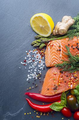 石片,鲑鱼排,调味品,北极嘉鱼,三文鱼,月桂树叶,鳟鱼,盐渍食品,樱桃番茄,芦笋