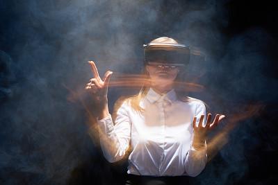 网络空间,免提装置,3d眼镜,蓝牙,虚拟现实模拟器,耳麦,半身像,水平画幅,破土动工,烟