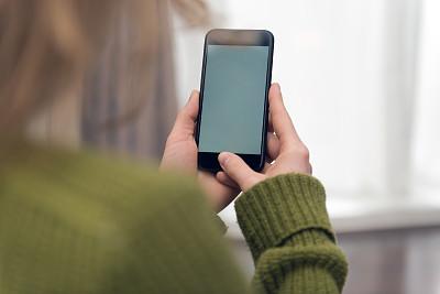 留白,手机,看,空白的,拿着,室内,家庭生活,金色头发,青年女人,坐