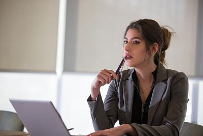 商务会议,女性,会议室,半身像,水平画幅,工作场所,会议,不看镜头,仅成年人,青年人