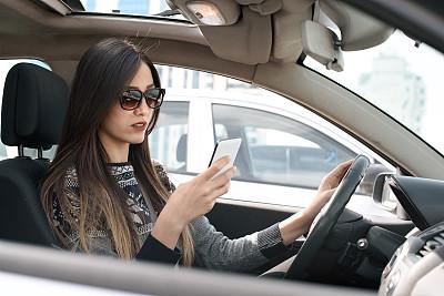 青年女人,手机,汽车产业,方向盘,交通工具内部,半身像,休闲活动,电子邮件,陆用车,仅成年人
