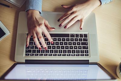 女人,特写,使用手提电脑,小办公室,触控板,电子商务,男商人,男性,仅成年人,青年人