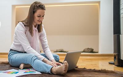 家庭生活,使用手提电脑,坐在地上,家庭办公,忙碌,努力,地毯,文档,仅成年人,居住区