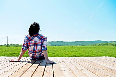 女人,木制,不看镜头,车站月台,天空,留白,健康,夏天,草,仅成年人