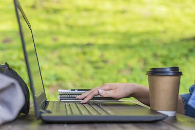 咖啡杯,白昼,热,休闲活动,电子邮件,周末活动,饮料,仅成年人,现代,网上冲浪