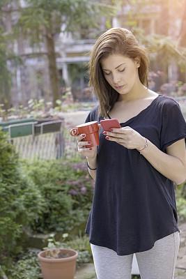 青年女人,手机,透过其它物体观看,垂直画幅,休闲活动,家庭生活,仅成年人,镜头眩光,青年人,商务