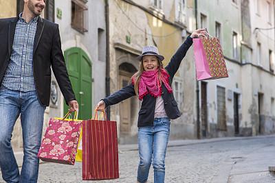 购物袋,父女,圆石,古城,休闲活动,未成年学生,男性,青年人,单亲父亲,彩色图片