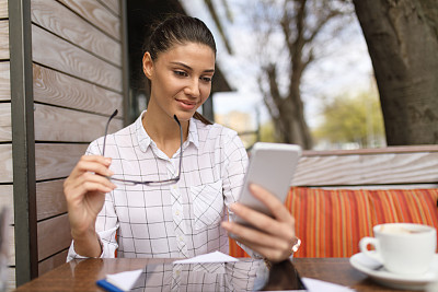 女商人,咖啡馆,手机,商务会谈,美,水平画幅,电话机,美人,户外,仅成年人
