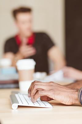 男性,计算机键盘,手,小办公室,垂直画幅,男商人,新创企业,仅男人,仅成年人,现代