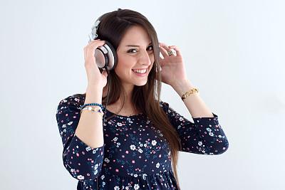 青年女人,耳机,音乐,半身像,水平画幅,噪声,美人,白人,仅成年人,长发