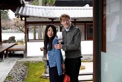 伴侣,日本人,太阳穴,水平画幅,走廊,旅行者,户外,白人,仅成年人,青年人