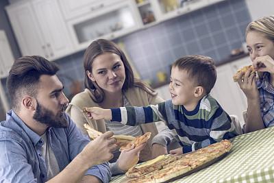比萨饼,家庭生活,男性,青年人,妻子,儿童,金色头发,女人,住宅房间,波斯尼亚和黑塞哥维那