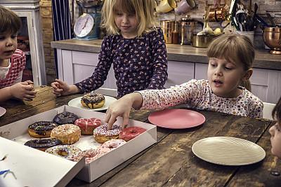 家庭生活,多纳圈,糖衣蛋糕,水平画幅,生日,特写,甜点心,彩色图片,清新,糖衣