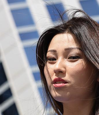 青年人,女商人,前面,注视镜头,办公大楼,吉尔吉斯斯坦,垂直画幅,半身像,户外,仅成年人