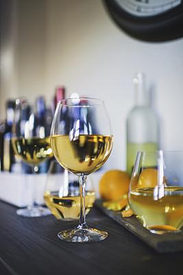 酒瓶,玻璃杯,住宅内部,开胃酒,利口酒,白葡萄酒,饭厅,快乐时光,垂直画幅,葡萄酒