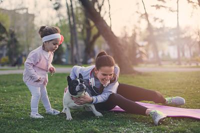 狗,进行中,女大力士,法国斗牛犬,健身垫,耳麦,健康,夏天,草,都市风景