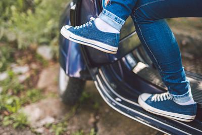 小型摩托车,青年女人,机动脚踏车,摩托车,腿,四肢,休闲活动,古典式,旅行者,夏天