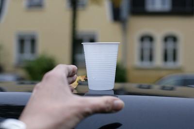 一次性物品,水,杯,汽车内部,大理石装饰效果,主观视角,留白,热饮,平视角,一次性杯子