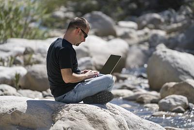 土耳其人,岩石,男人,使用手提电脑,凯梅尔,仅一个中年男人,石材,互联网,30岁到34岁,男性