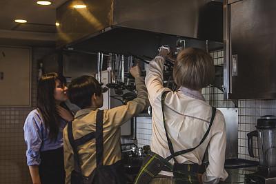 三个人,青年女人,餐馆,厨房,兼职工作人员,少量人群,水平画幅,锅,仅成年人,青年人