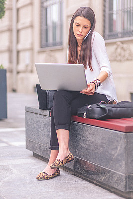 青年人,街道,手机,笔记本电脑,女商人,伦敦城,垂直画幅,正面视角,留白,30岁到34岁