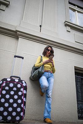 时间,电话机,行人,通勤者,在活动中,现代,户外,仅女人,仅一个女人,太阳镜