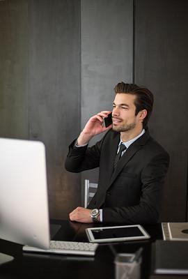 男商人,办公室,青年人,垂直画幅,男性,仅成年人,现代,网上冲浪,信心,技术