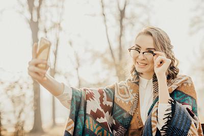 青少年,眼镜,现代,美,长椅,水平画幅,美人,户外,青年人,自然公园