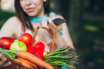 青年女人,智能手机,忙碌,购物篮,怀孕的,食品杂货,顾客,夏天,周末活动,西红柿